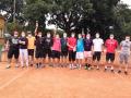 Všichni účastníci v tenisových rouškách